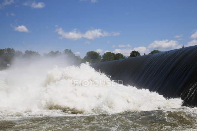 Wasser fließt über Kante und stürzt ab — Stockfoto