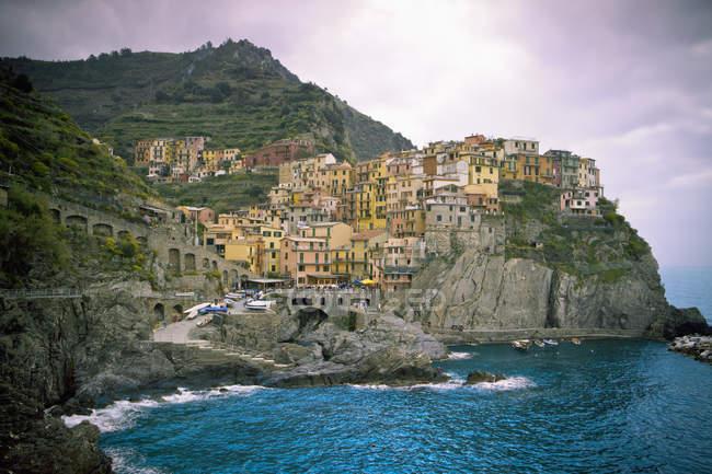 Houses On Rock Ledge Along Coast — Stock Photo