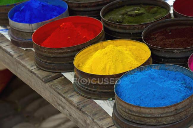 Poudres colorées au marché — Photo de stock
