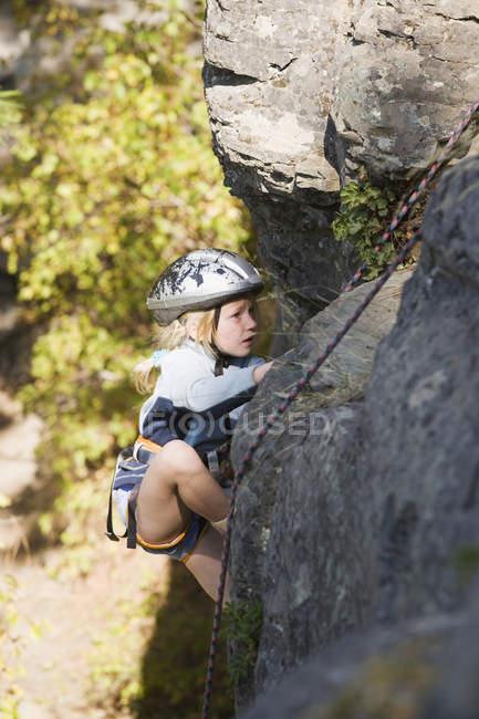Giovane ragazza arrampicata — Foto stock