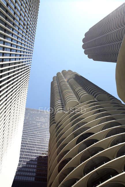 Gebäude gegen blauen Himmel — Stockfoto