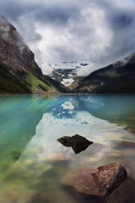 Montagne riflettute nel tranquillo Lago Louise — Foto stock