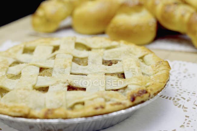 Домашній яблучний пиріг на серветці на стіл — стокове фото