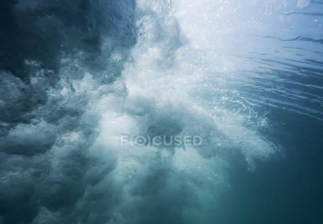 Movimento subaquático de uma onda — Fotografia de Stock