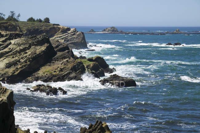 Скелястий берег і каміння — стокове фото
