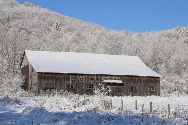 Vecchio fienile in inverno; Iron Hill — Foto stock
