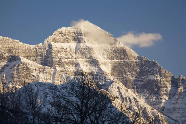 Sommet des montagnes enneigées au coucher du soleil — Photo de stock