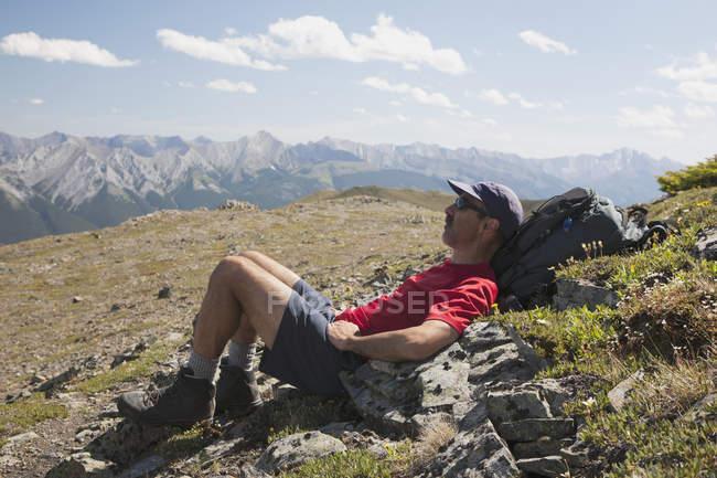 Randonneur mâle portant — Photo de stock