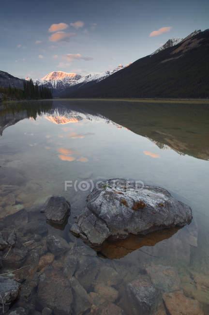 Mont Kitchener reflété dans l'étang — Photo de stock