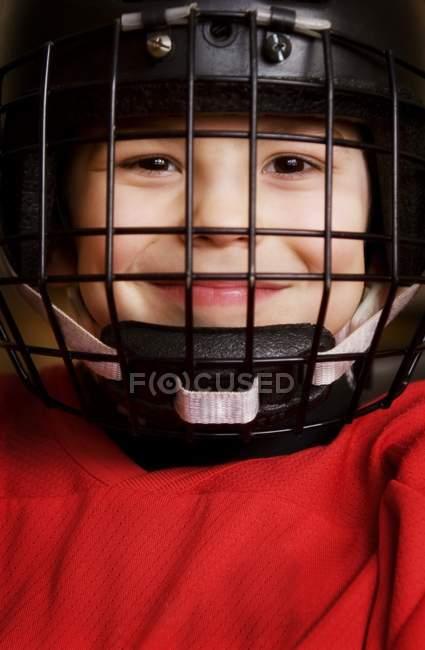 Porträt eines kaukasischen Jungen mit Eishockeyhelm — Stockfoto