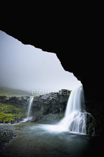 Cascadas sobre una repisa de roca - foto de stock