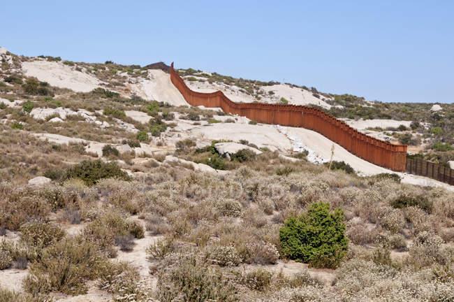 Пограничный забор США и Мексики в Сан-Диего — стоковое фото