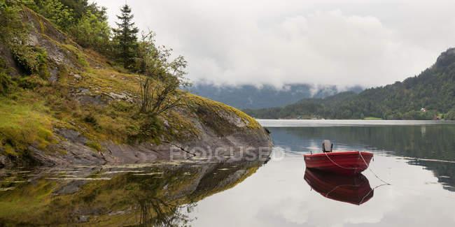 Vermelho barco atracado — Fotografia de Stock
