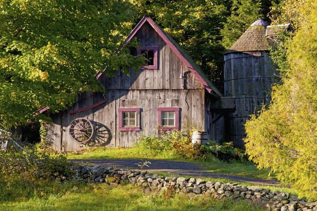 Une vieille grange ; Ville De Lac Brome — Photo de stock