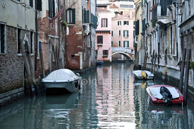 Barche ormeggiate lungo edifici — Foto stock