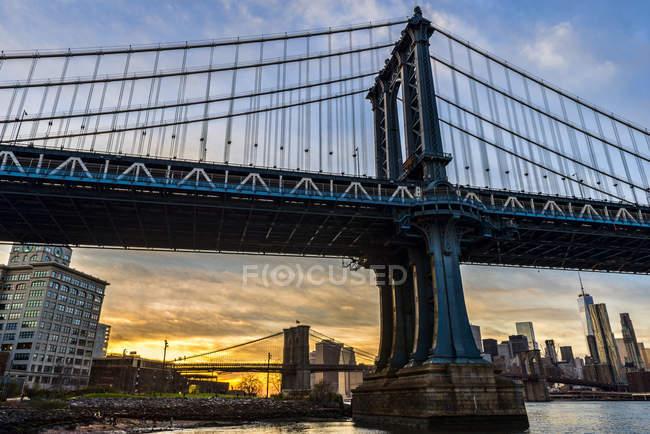 Manhattan e Brooklyn Pontes ao pôr-do-sol — Fotografia de Stock