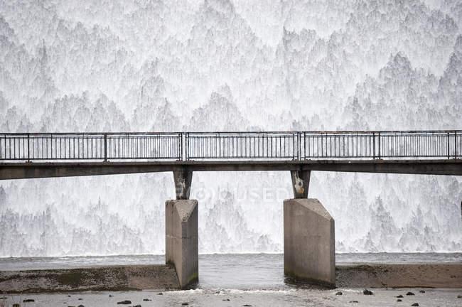 Água em cascata saída de transbordamento do reservatório — Fotografia de Stock