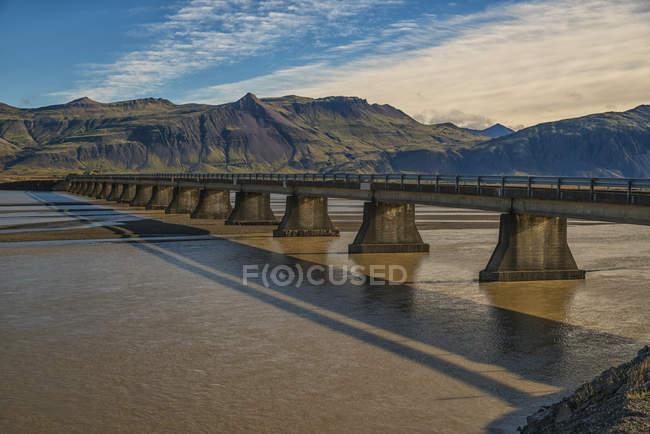 Brücke über den Gletscherfluss — Stockfoto