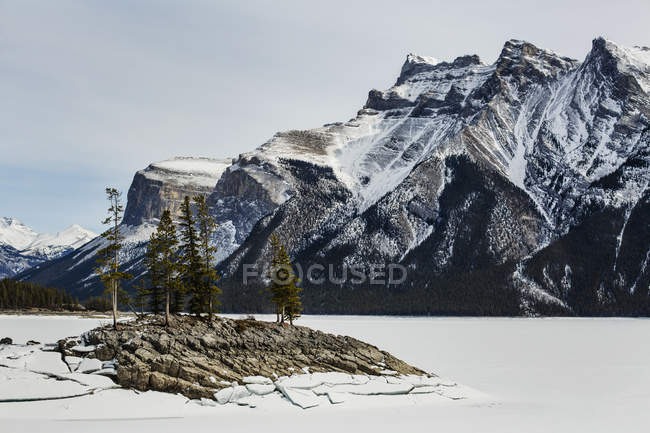 Lago minnewanka no inverno — Fotografia de Stock