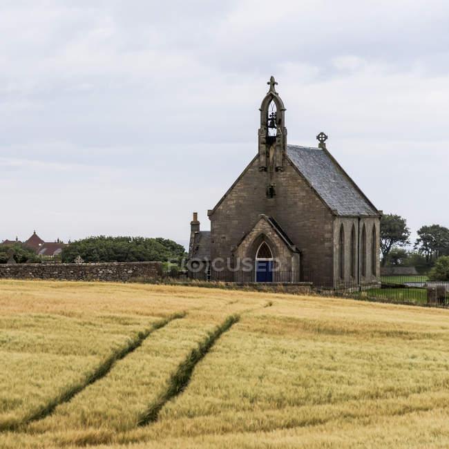 Igreja do edifício com as marcas de pneu — Fotografia de Stock