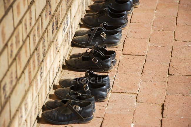 Sapatos ordenadamente organizados em orfanato — Fotografia de Stock