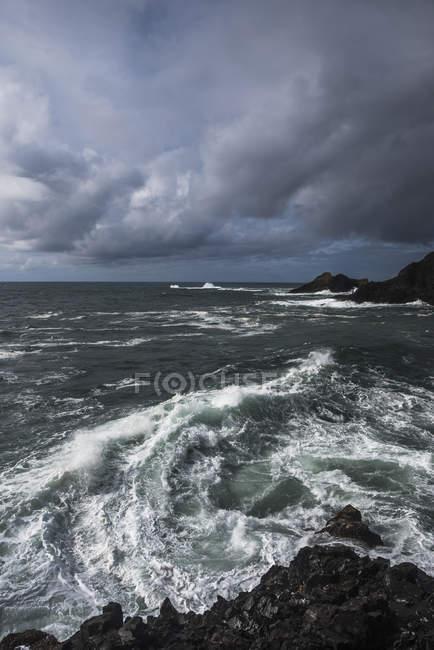 Surf breaks na tarde tempestuosa — Fotografia de Stock