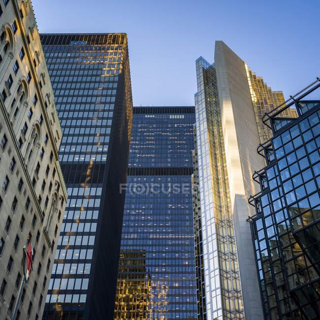 Ujo ángulo de vista de los rascacielos - foto de stock