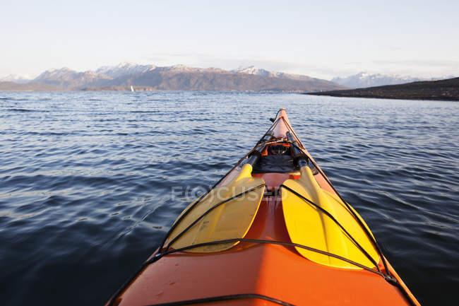 Punta de canoa apuntando hacia las montañas de Kenai - foto de stock