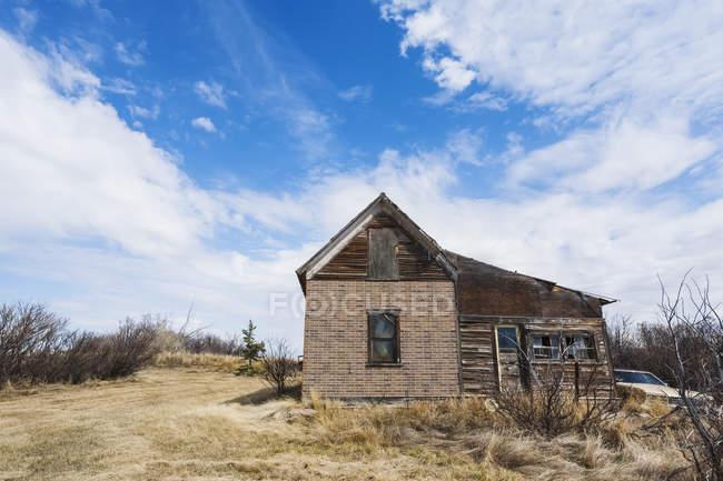 Una vecchia casa di legno abbandonata — Foto stock