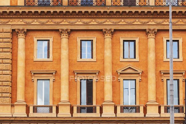 Edificio con pilastri arancione — Foto stock