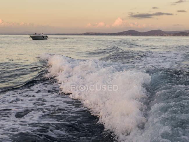 Волны катятся к берегу — стоковое фото