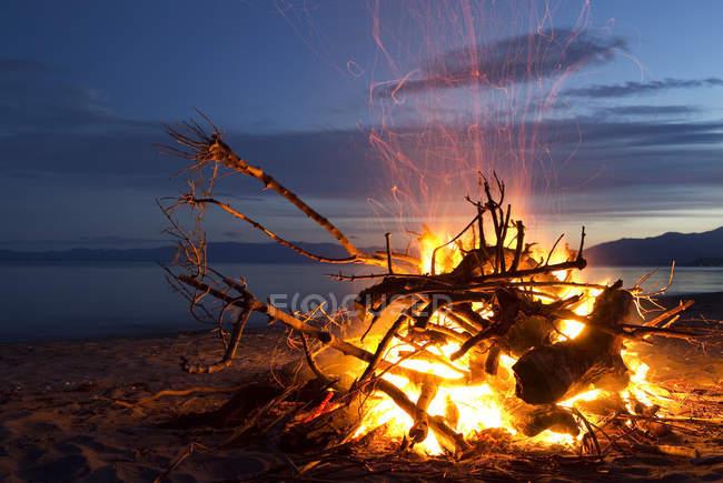 Костер на пляже в Golden Bay — стоковое фото
