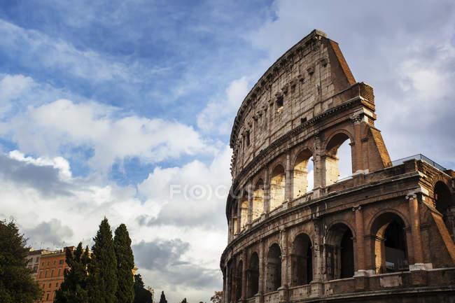 Coliseu contra céu nublado — Fotografia de Stock