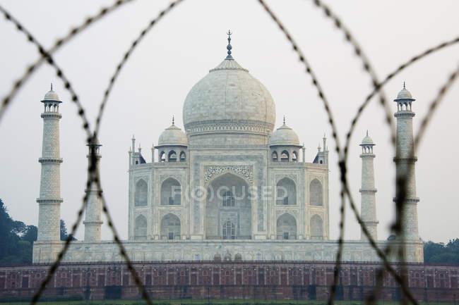 Taj Mahal à travers le fil barbelé — Photo de stock