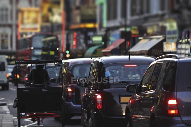 Такси и движение на Шафтсбери авеню — стоковое фото