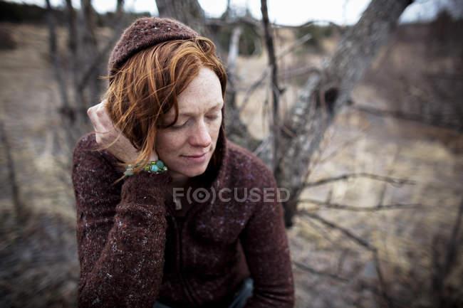 Portrait d'une femme aux cheveux rouges à la recherche contemplative — Photo de stock