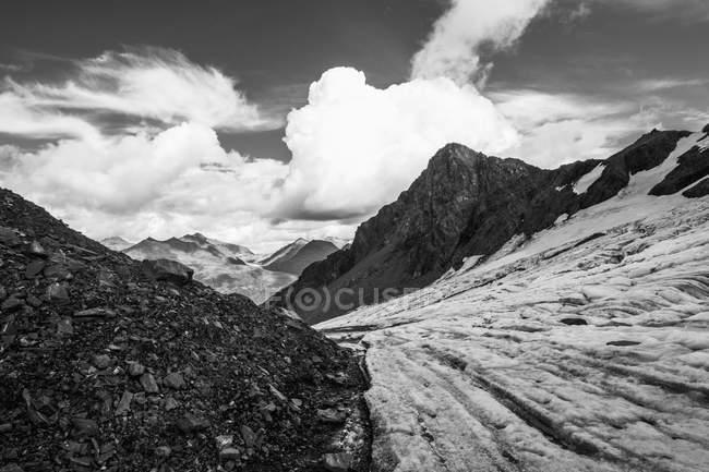 Glaciar fluye hacia abajo desde las montañas de Chugach - foto de stock