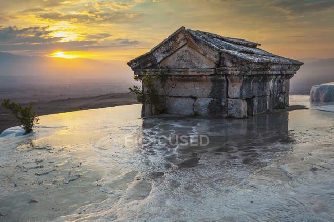 Гробница погружена в бассейн — стоковое фото