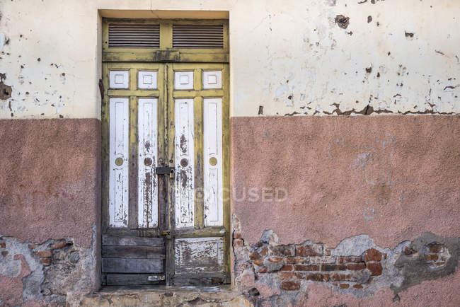 Worn and weathered wooden double doors on peeling wall, Nicaragua — Stock Photo
