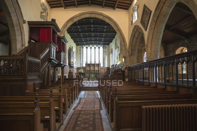 Innenraum der Kirche mit Bänken — Stockfoto