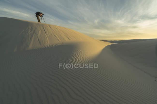 Personne qui prenait des photos dans le désert de sable blanc du Parc National de Namakwaland; Afrique du Sud — Photo de stock