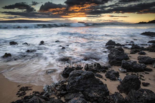 Eau lavant la roche — Photo de stock