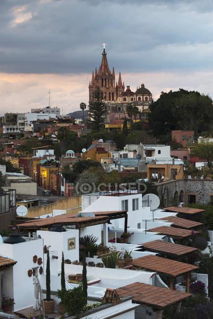 Міський пейзаж з парафіяльній церкві — стокове фото