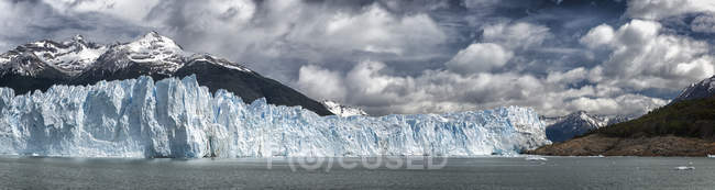 Ghiacciaio in acqua con colline — Foto stock