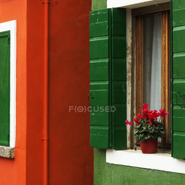 Casa pintada de vermelho e verde — Fotografia de Stock