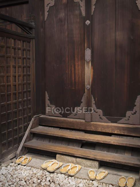 Temple japonais avec porte — Photo de stock