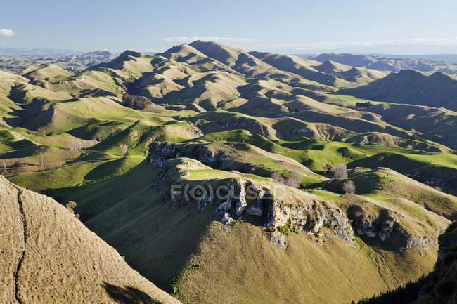 Montañas onduladas y pastos para las ovejas - foto de stock