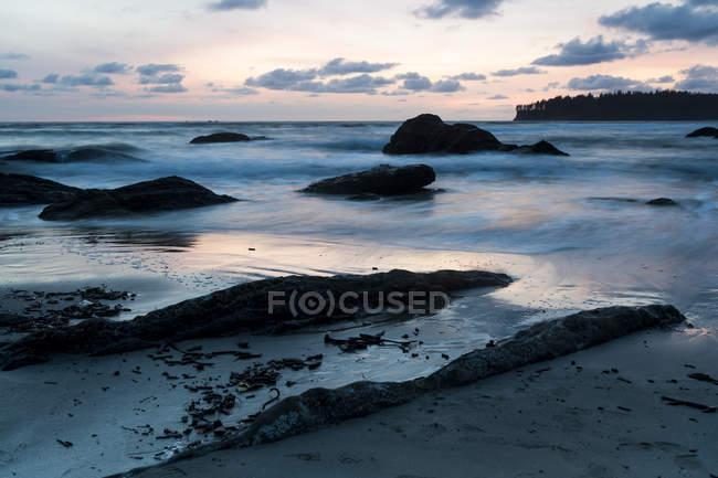 Sonnenuntergang über Sandstrand — Stockfoto