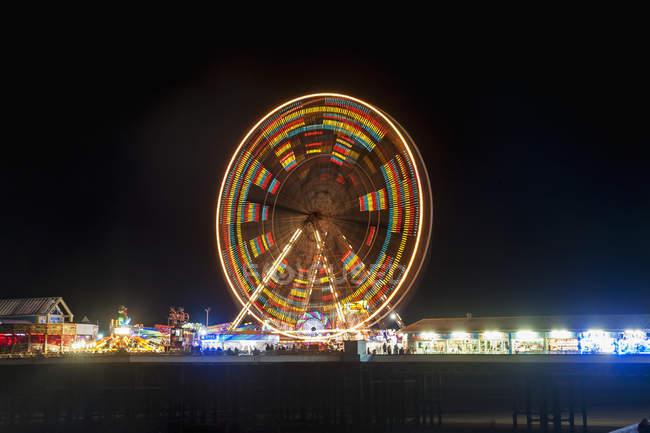 Roda gigante colorida iluminada — Fotografia de Stock