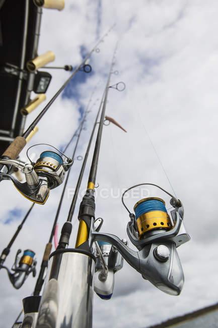 Vista inferiore di canne da pesca sotto il cielo nuvoloso — Foto stock